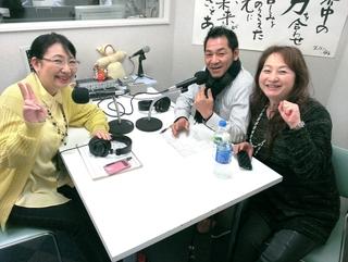 小澤啓一さん(中)と笹崎久美子(左)、右は川村幸恵さん